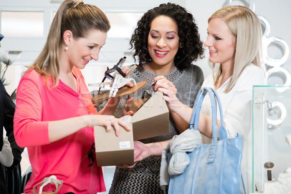 друзей торговых поездку сандалии покупке Сток-фото © Kzenon