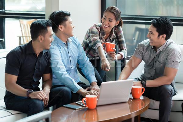 Kettő derűs fiatal férfiak laptopot használ osztás üzlet Stock fotó © Kzenon