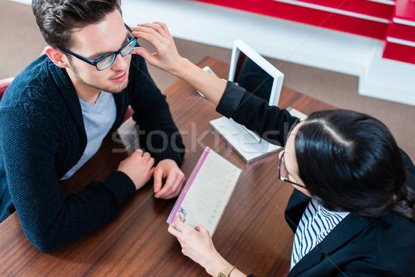 Müşteri satış kadın gözlükçü depolamak bakıyor Stok fotoğraf © Kzenon