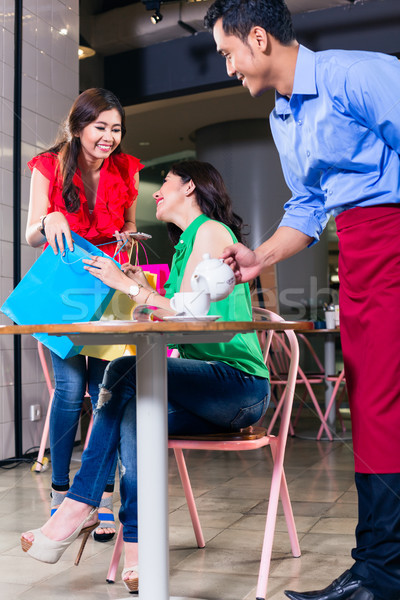 Divatos fiatal nő néz boldog megbeszélés barát Stock fotó © Kzenon