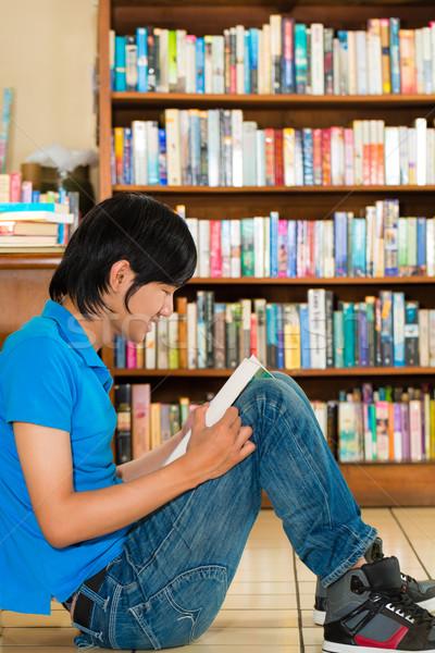 Foto stock: Estudante · biblioteca · leitura · livro · moço · piso