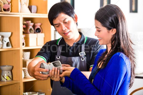 Client asian poterie magasin vendeur souvenir Photo stock © Kzenon