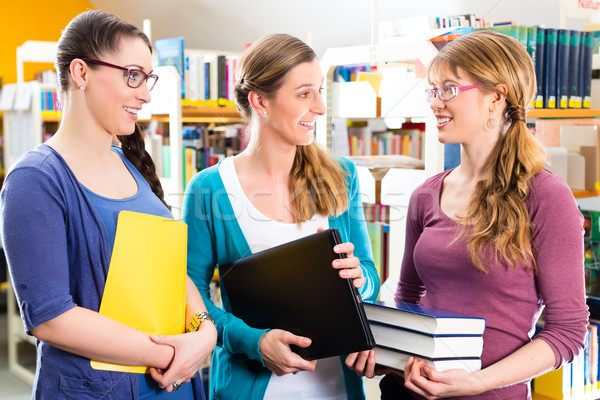 Estudiantes biblioteca aprendizaje grupo las mujeres jóvenes portátil Foto stock © Kzenon