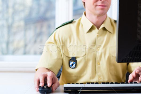 Polis memuru çalışma büro bölüm polis bilgisayar Stok fotoğraf © Kzenon