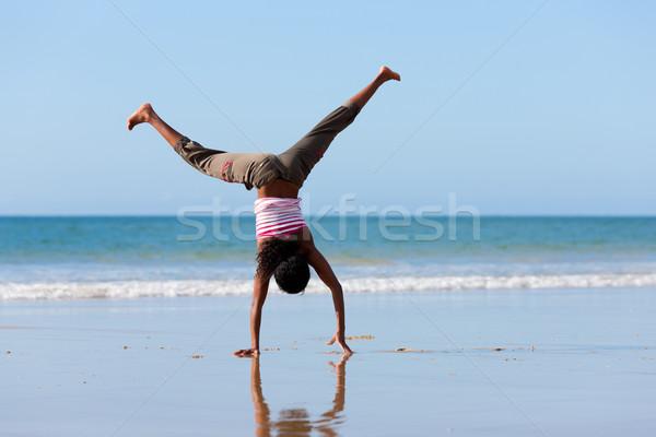 女性 体操 ビーチ 小さな 空 海 ストックフォト © Kzenon