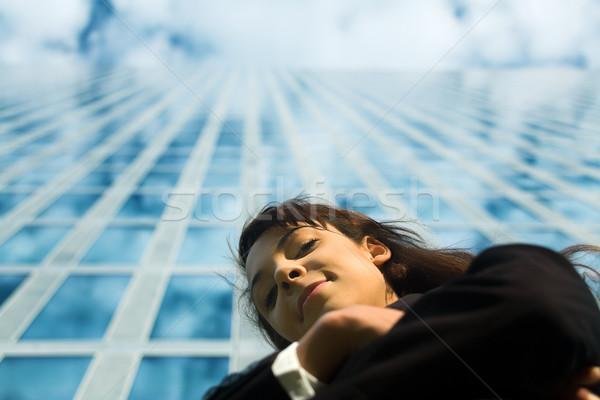 Mirando hacia abajo traje moderna edificio de oficinas mujer Foto stock © Kzenon