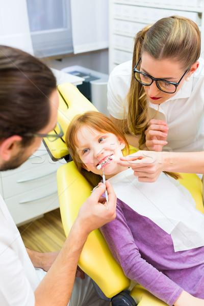 Dentista menina tratamento cirurgia dentária homem médico Foto stock © Kzenon