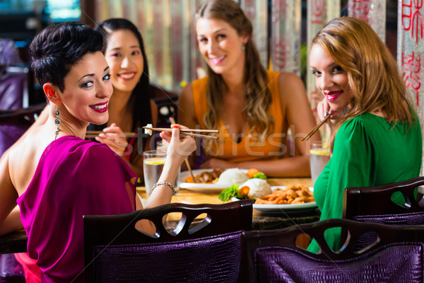 Jeunes manger Asie restaurant alimentaire femmes Photo stock © Kzenon