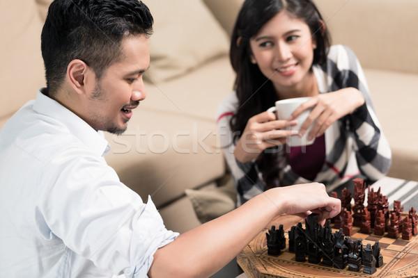 Indonezyjski para gry szachy domu człowiek Zdjęcia stock © Kzenon