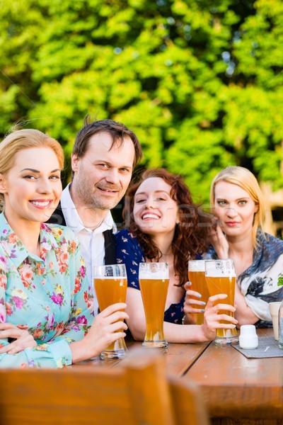 Amigos cerveja jardim restaurante homem Foto stock © Kzenon