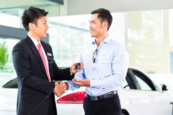 Asian auto verkoper verkopen auto klant Stockfoto © Kzenon