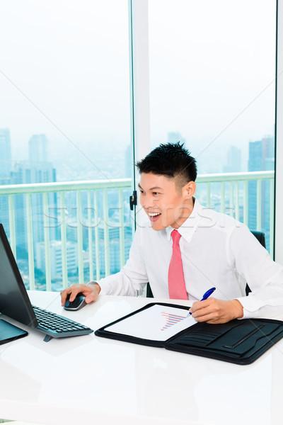 Asian mediatore di trading borsa ufficio Foto d'archivio © Kzenon