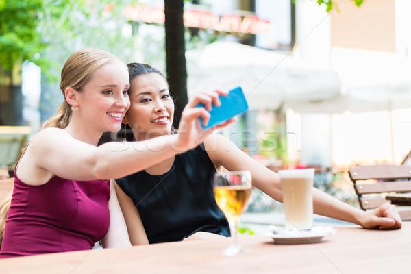 Giovani alla moda donna telefono cafe Foto d'archivio © Kzenon