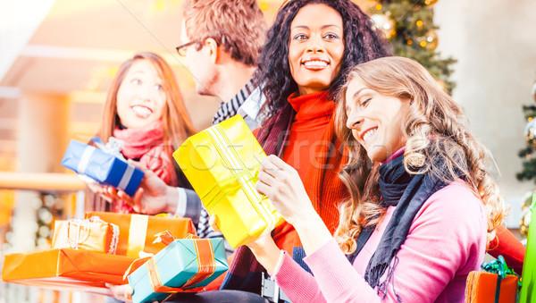 Diversiteit vrienden christmas presenteert zakken winkelen Stockfoto © Kzenon