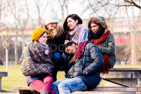 Gyönyörű fiatalok ül együtt park több nemzetiségű Stock fotó © Kzenon