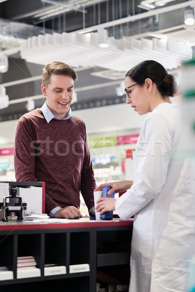 Feliz cliente escuta confiável farmacêutico retrato Foto stock © Kzenon