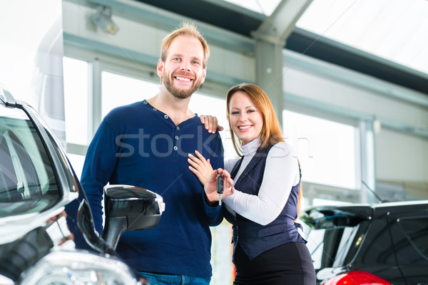 Jongeren paar auto auto handel Stockfoto © Kzenon