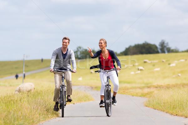 Pár tenger part bicikli turné bicikli Stock fotó © Kzenon