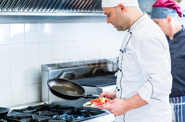 Stok fotoğraf: şefler · restoran · mutfak · pişirme · bulaşık · adam