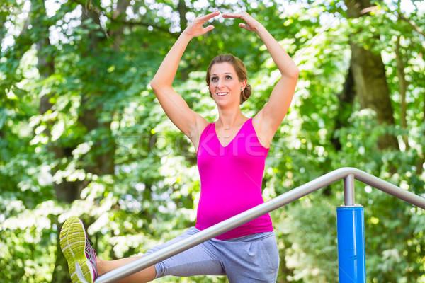 Zwangere vrouw zwangerschap yoga fitness parcours vrouw Stockfoto © Kzenon