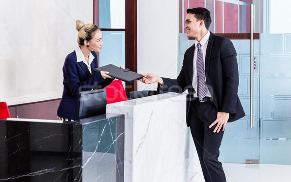 Richiedente documenti receptionist lavoro business fronte Foto d'archivio © Kzenon