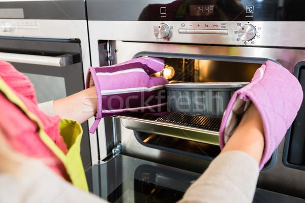 Mujer torta horno cocina sabroso familia Foto stock © Kzenon