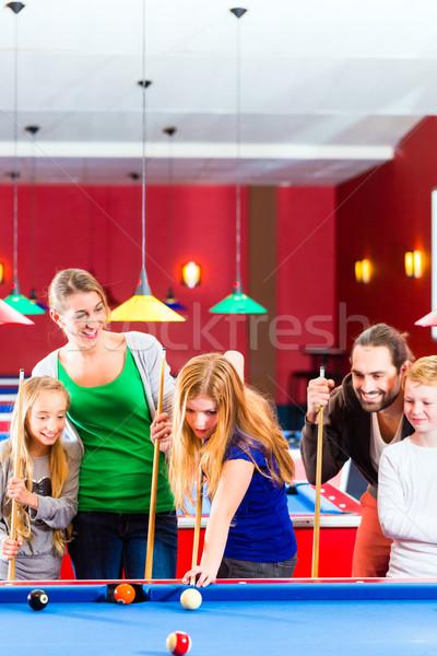 Familie spielen Pool Billard Spiel zusammen Stock foto © Kzenon