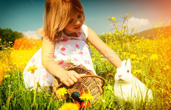 Nina Conejo de Pascua pradera huevos flores familia Foto stock © Kzenon