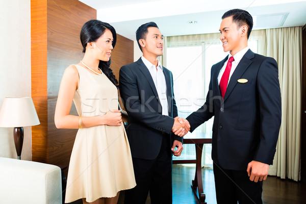 Manager groet asian hotel man handdruk Stockfoto © Kzenon