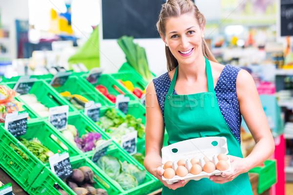 Organikus élelmiszer bolt felajánlás tojások női Stock fotó © Kzenon