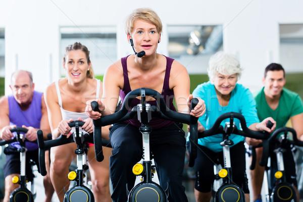 Zdjęcia stock: Starszy · ludzi · siłowni · fitness · rowerów · młodych · ludzi