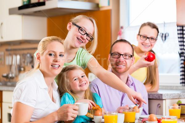 Család ízület reggeli konyha eszik iszik Stock fotó © Kzenon