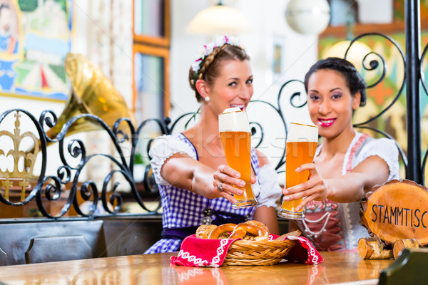 Mujeres pub trigo cerveza Foto stock © Kzenon