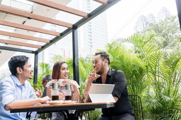 Koffie geserveerd tabel drie vrienden buitenshuis Stockfoto © Kzenon