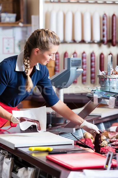 Foto stock: De · vendas · mulher · açougueiro · compras · diferente · carne
