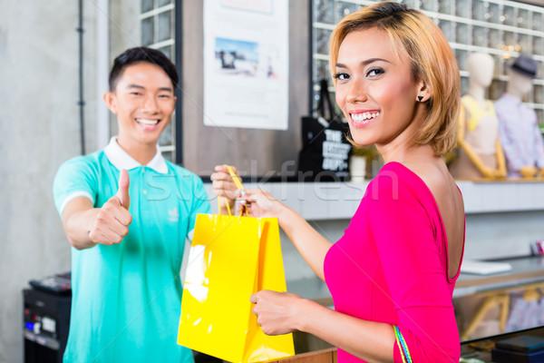 Müşteri alışveriş asistan moda depolamak Asya Stok fotoğraf © Kzenon