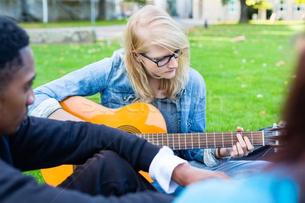 Gruppe Jugendlichen Park Musik Song Stock foto © Kzenon
