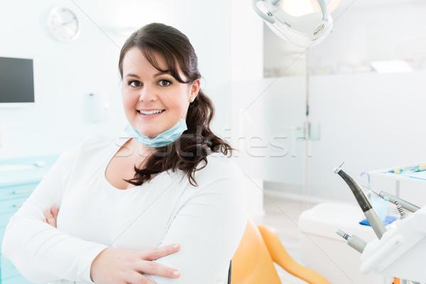 Dentista enfermeira em pé cirurgia dentária trabalhando retrato Foto stock © Kzenon