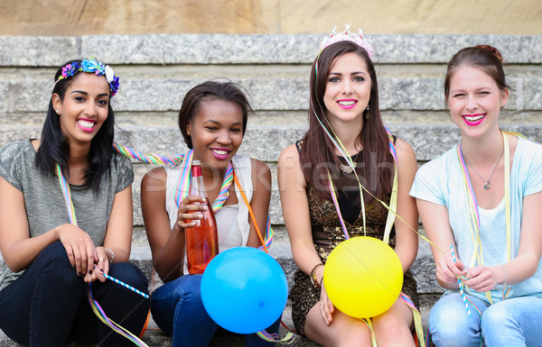Cuatro las mujeres jóvenes gallina noche fiesta potable Foto stock © Kzenon