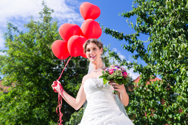Menyasszony esküvő olvas hélium léggömbök égbolt Stock fotó © Kzenon