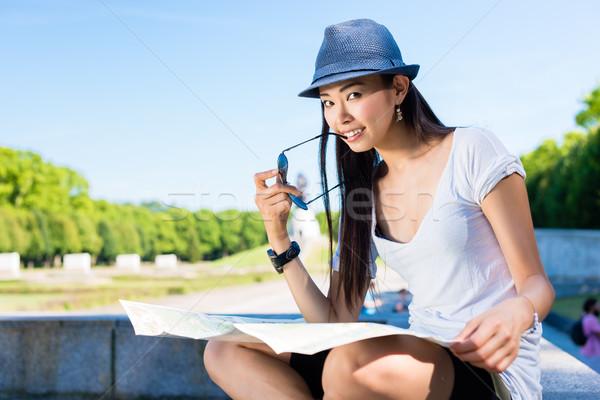 Asian vrouwelijke toeristische kaart buitenshuis Stockfoto © Kzenon