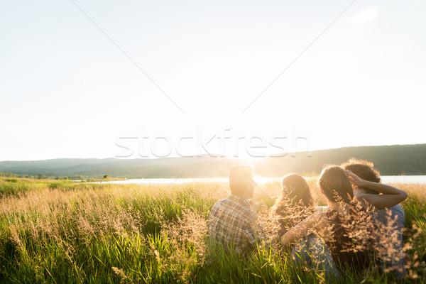 Znajomych posiedzenia wraz jezioro wygaśnięcia Zdjęcia stock © Kzenon
