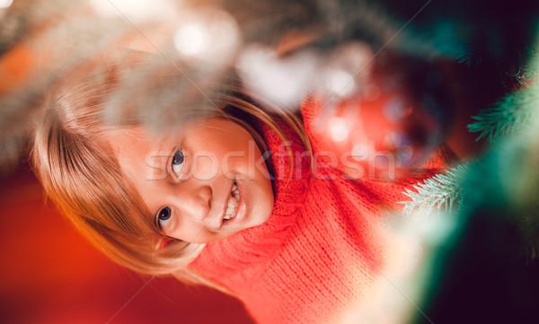 Család karácsonyfa fiatal lány segít tart karácsony Stock fotó © Kzenon