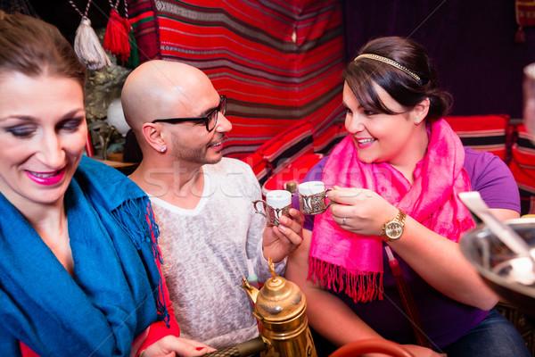Groep vrienden roken hookah drinken koffie Stockfoto © Kzenon