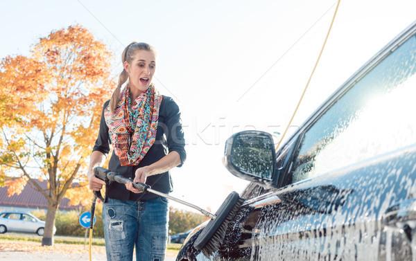 Mujer limpieza vehículo lavado de coches agua otono Foto stock © Kzenon