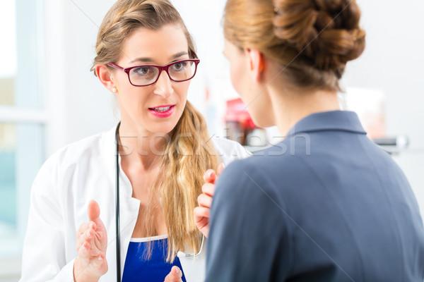 Médico paciente consulta jóvenes consulta Foto stock © Kzenon
