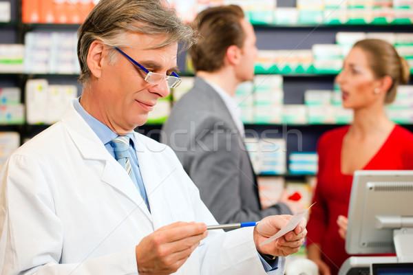 Apotheker Kundschaft Apotheke halten Verschreibung Stock foto © Kzenon