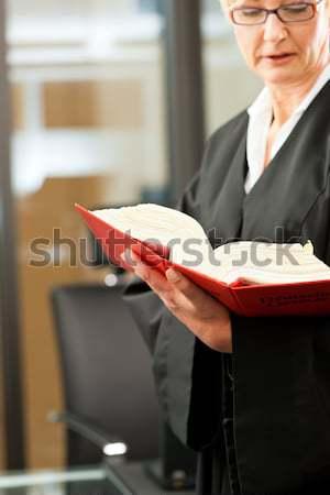 Vrouwelijke advocaat burgerlijk code recht rechter Stockfoto © Kzenon