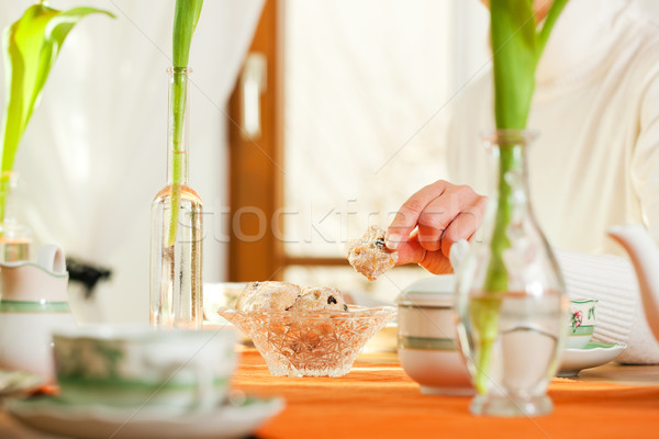Mulher bolinhos mesa de café brasão mãos Foto stock © Kzenon