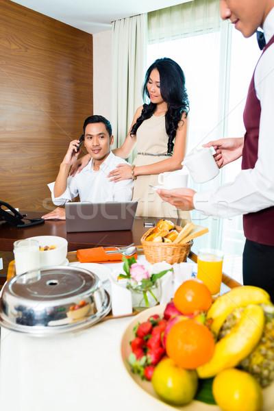 Asiático serviço de quarto garçom café da manhã quarto de hotel Foto stock © Kzenon